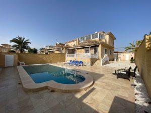 4+ soveroms Vakker Villa i El Chaparral, Torrevieja